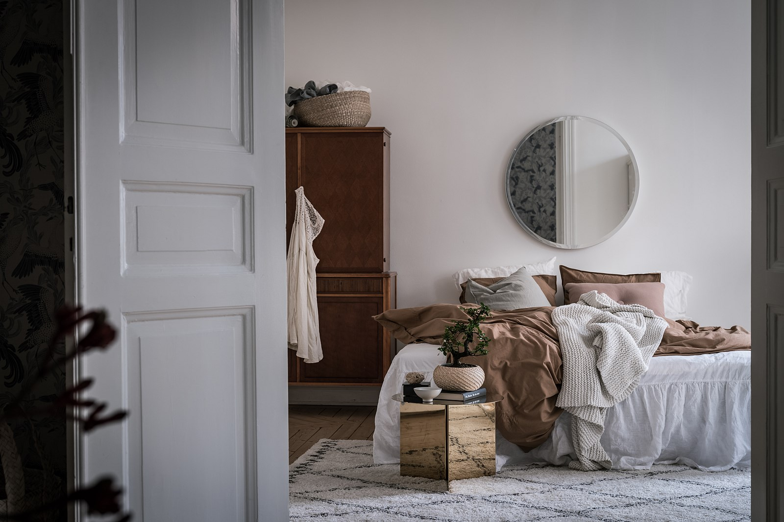 белая дверь спальня кровать зеркало шкаф