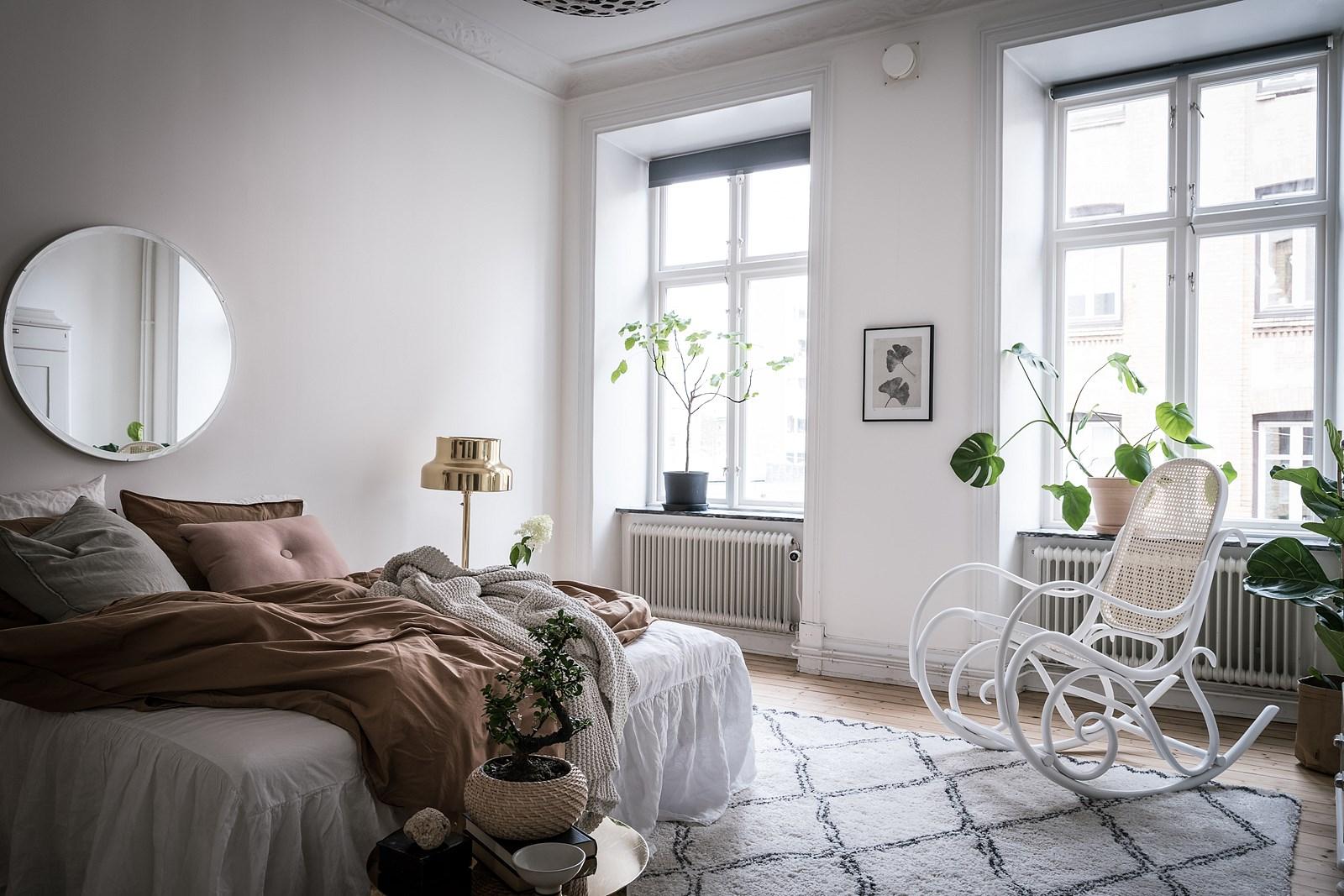 кровать спальня окна