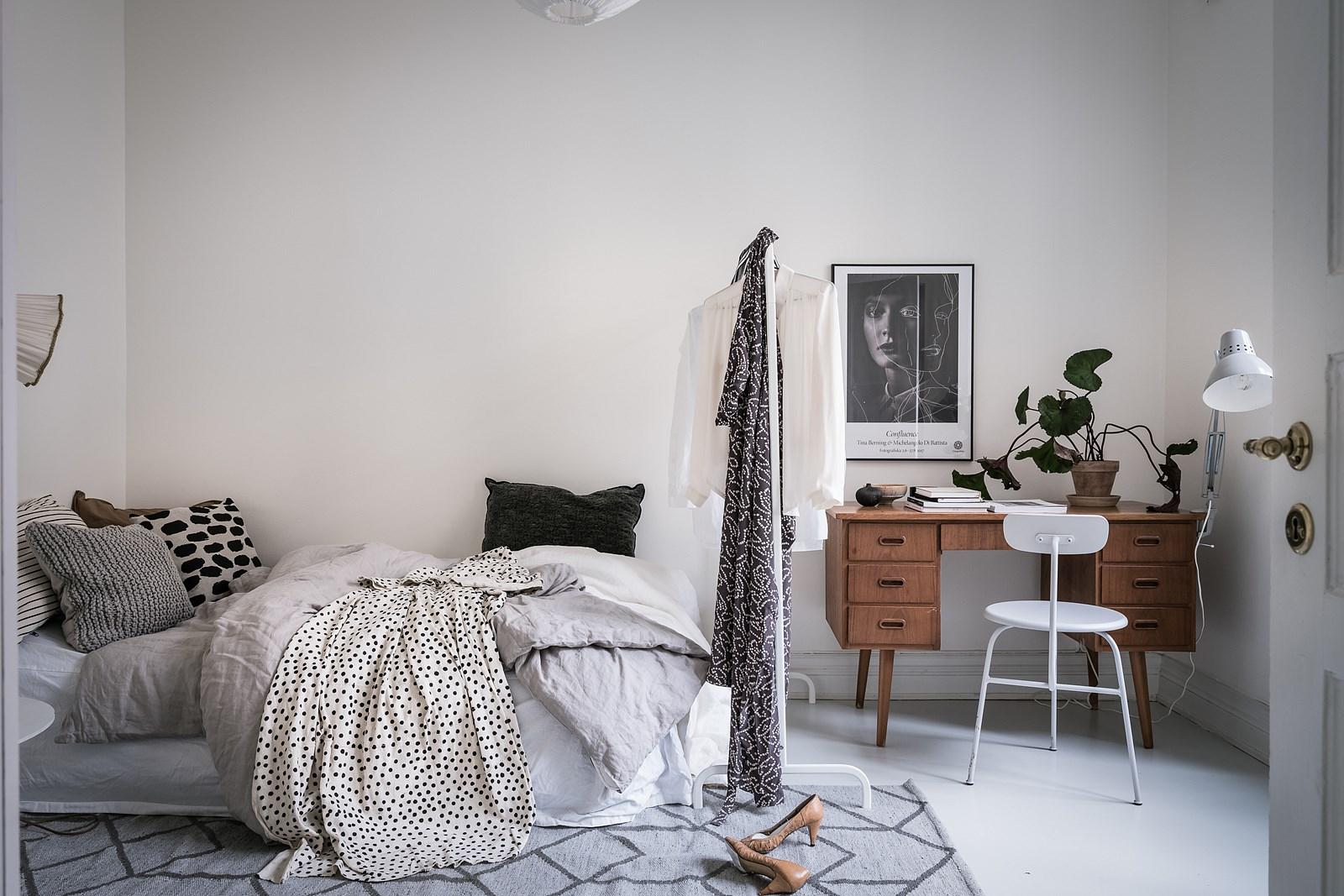 спальня кровать рабочий стол