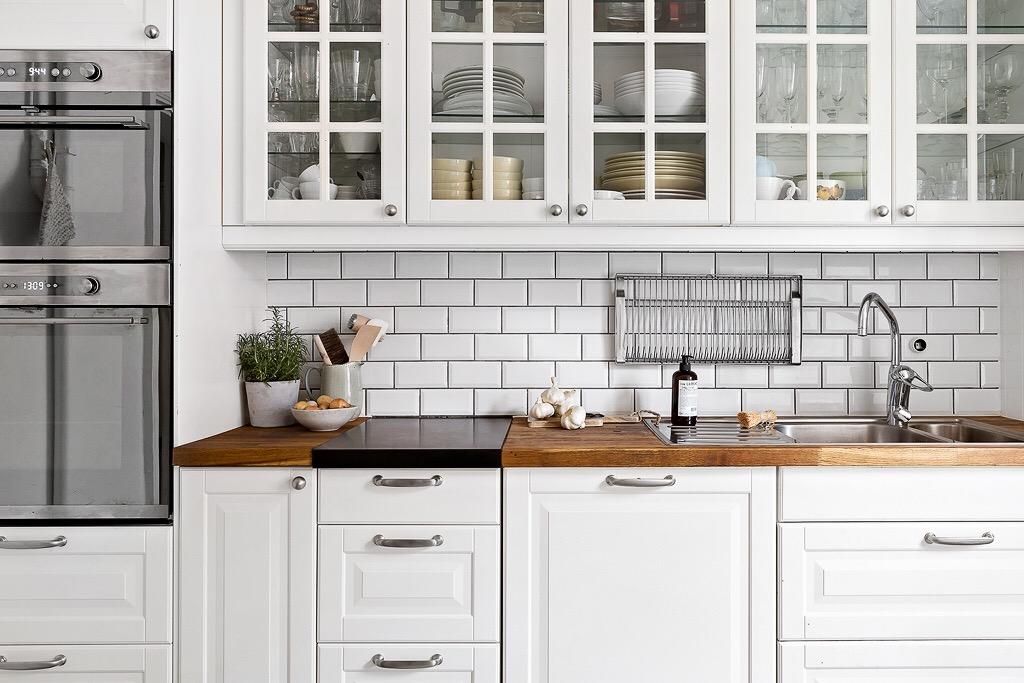 кухонная мебель белые фасады со стеклом плитка кабанчик деревянная столешница мойка смеситель