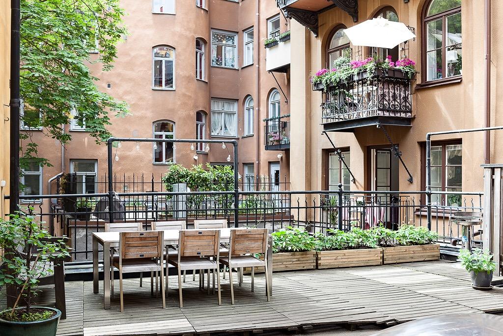 городской двор деревянный настил уличная мебель