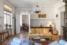 гостиная стеновые панели дверь наличники лепнинв мягкая мебель