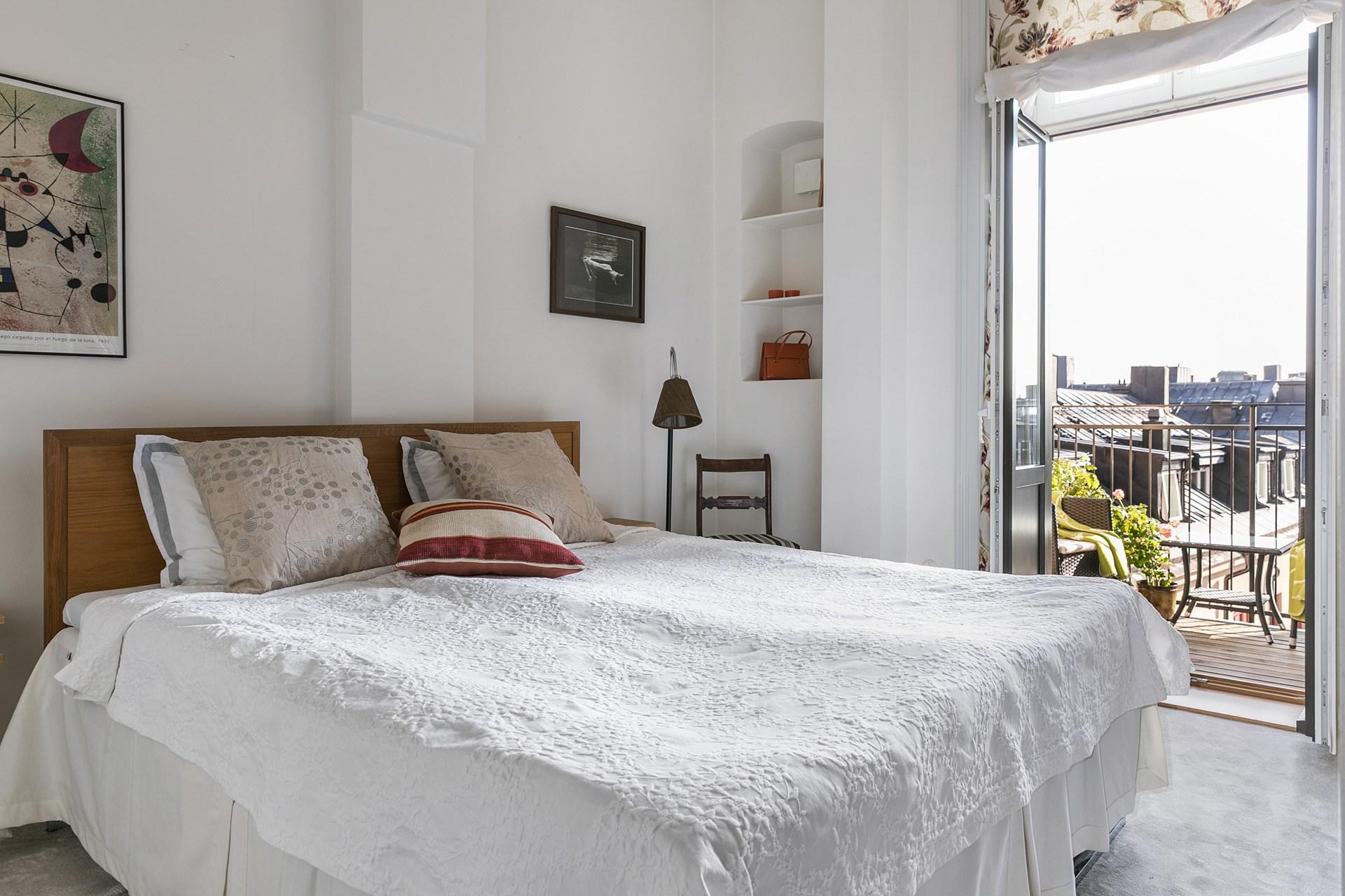 спальня кровать балкон