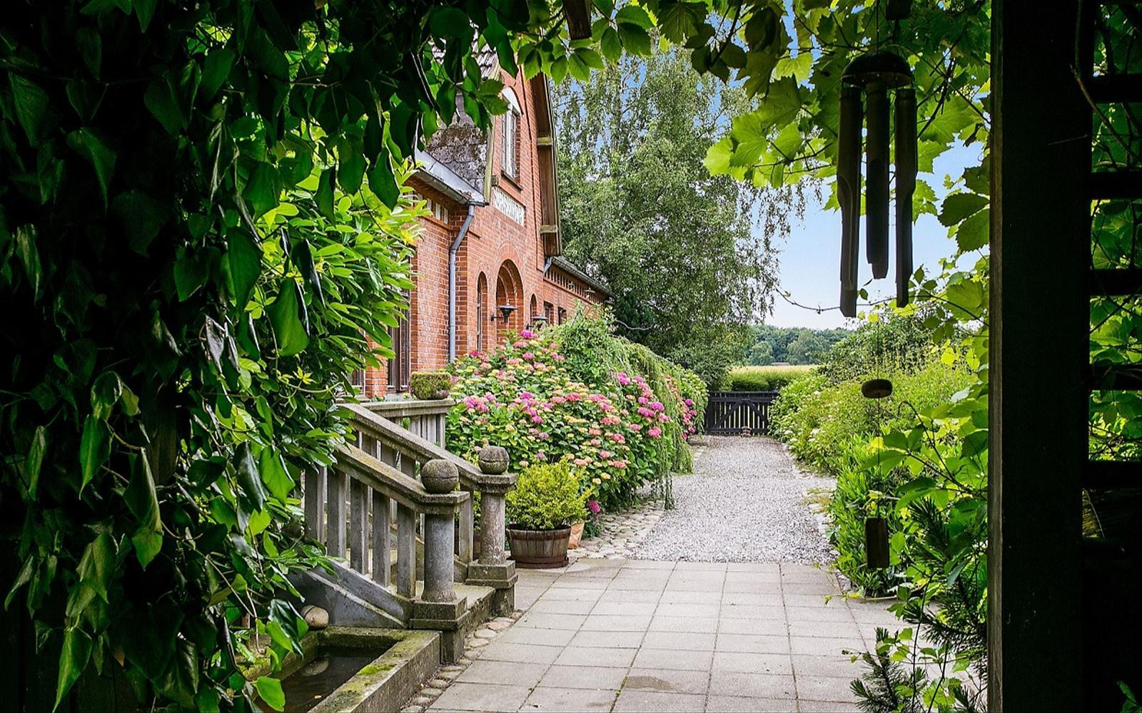 фото отмостка кирпичный дом крыльцо клумбы