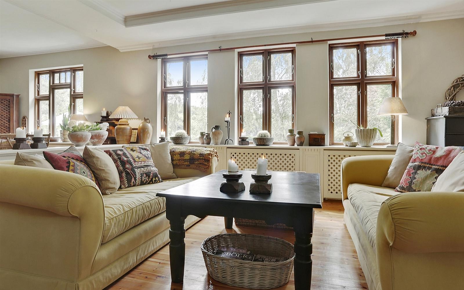 мягкая мебель окна потолочные балки стол корзина