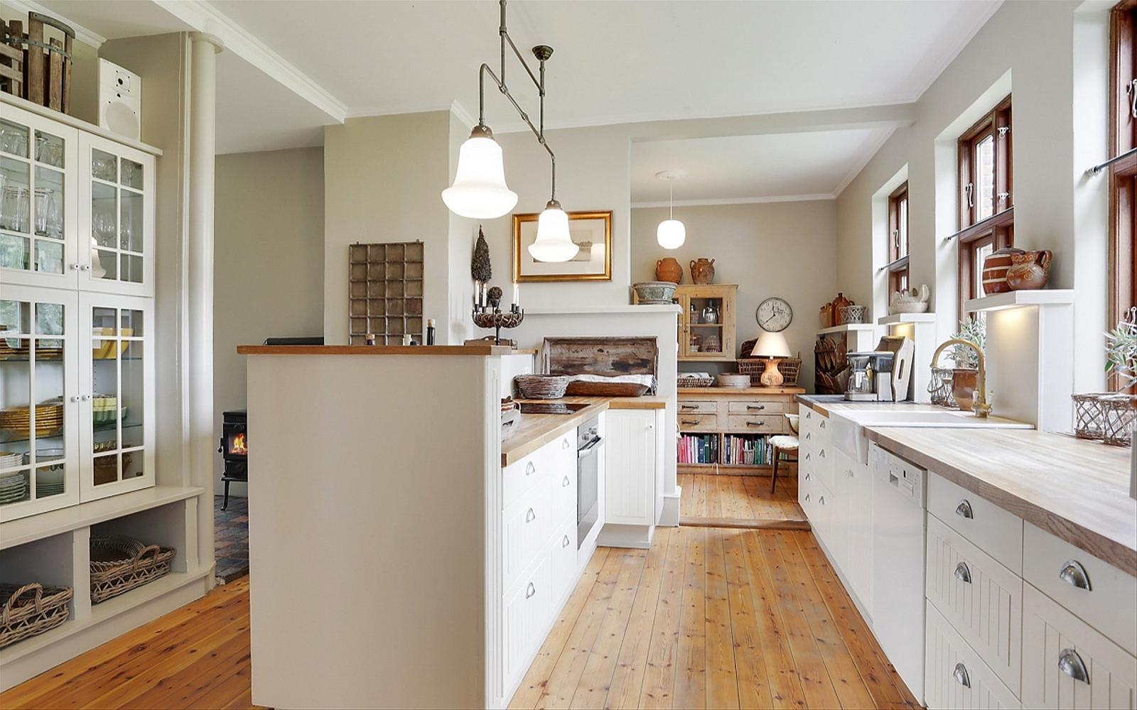 кухня белые фасады деревянный пол