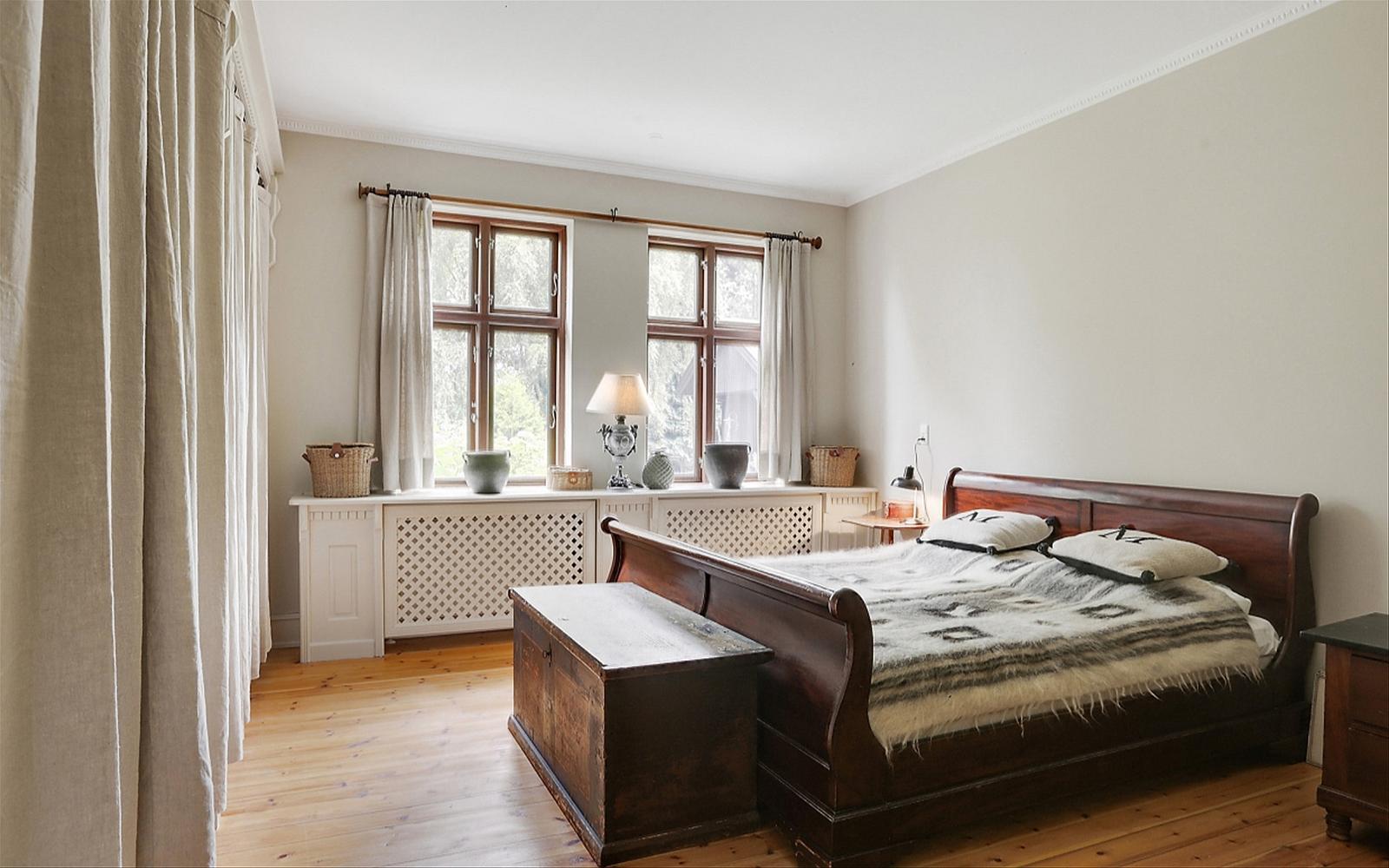 фото спальня кровать эсмеситель радиатора
