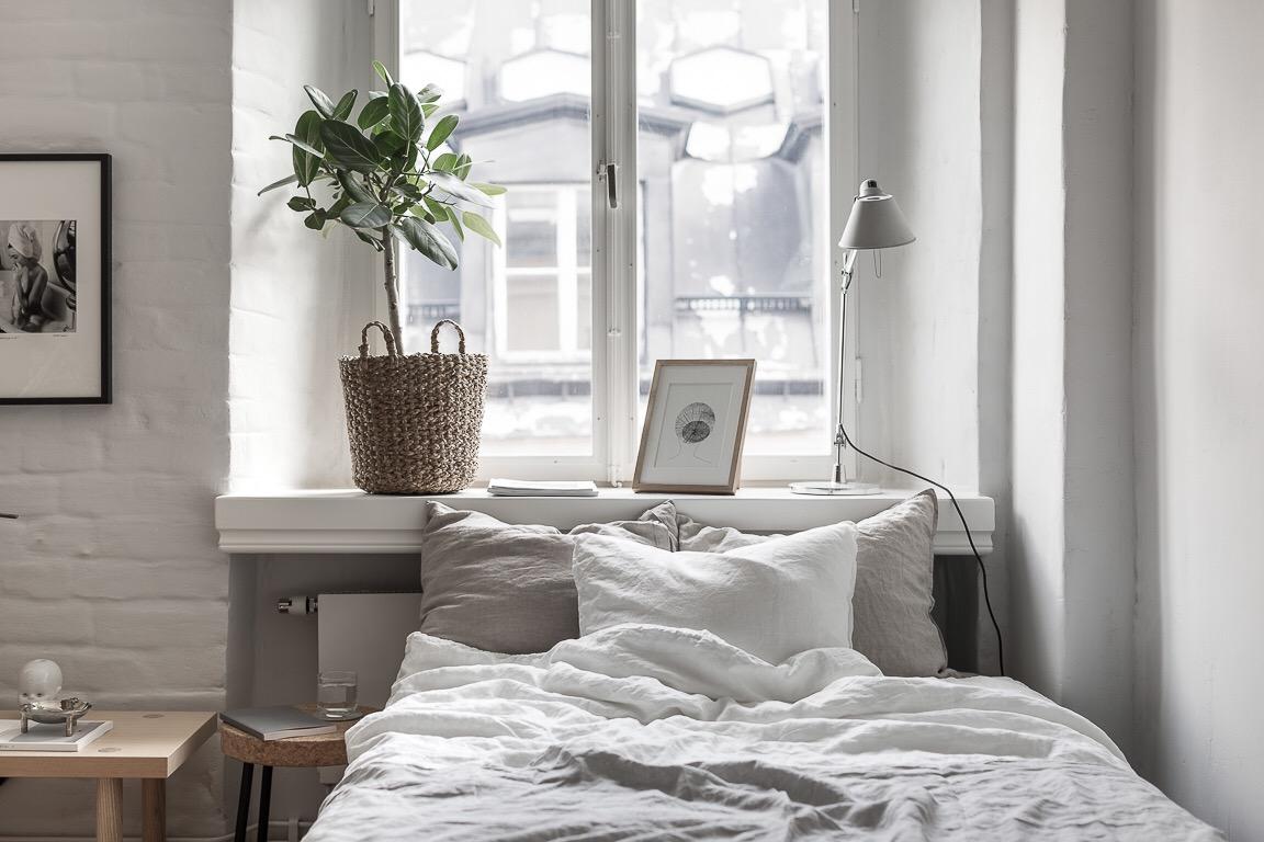 кровать у окна изголовье текстиль подоконник цветок кашпо
