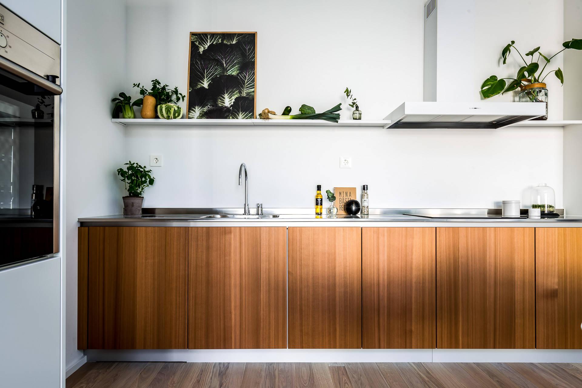 кухонная мебель полки вытяжка варочная панель мойка смеситель