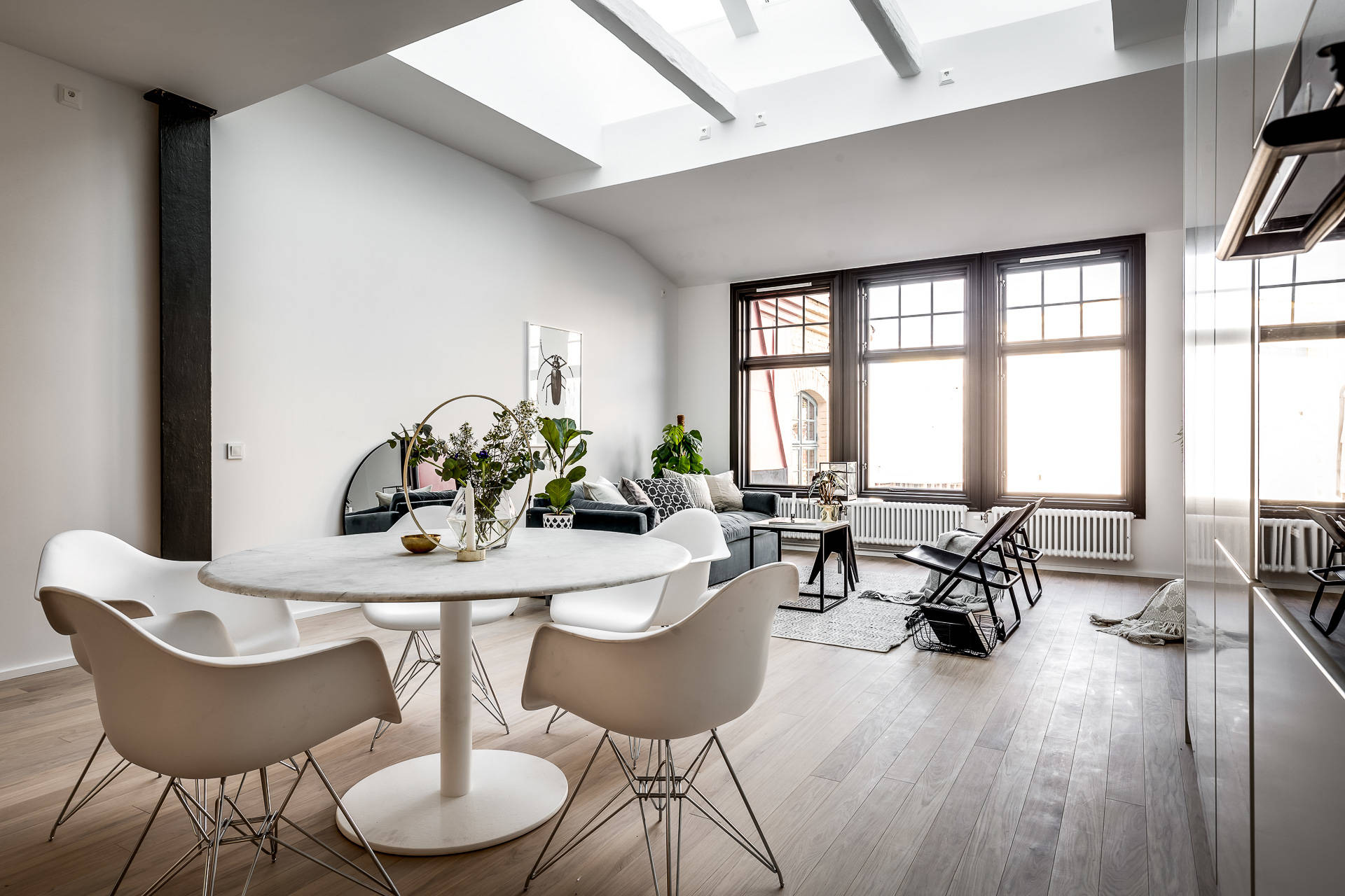 стеклянный потолок гостиная остекление темные рамы половая доска белые стены