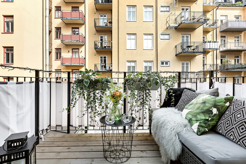 балкон деревянный настил уличная мебель растения