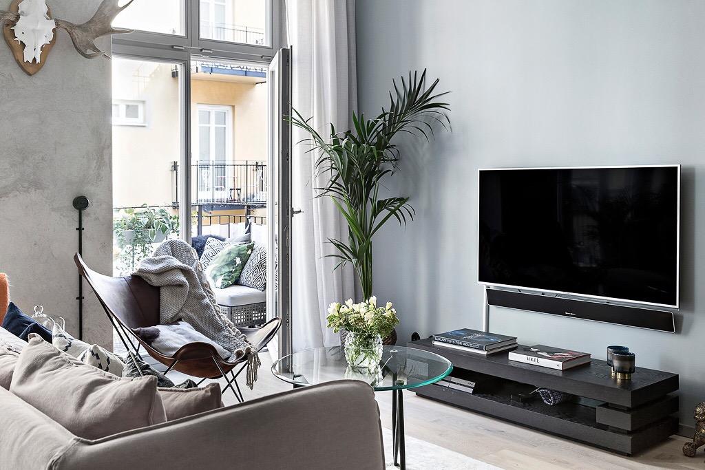 гостиная телевизор балкон французские двери диван кофейный круглый столик