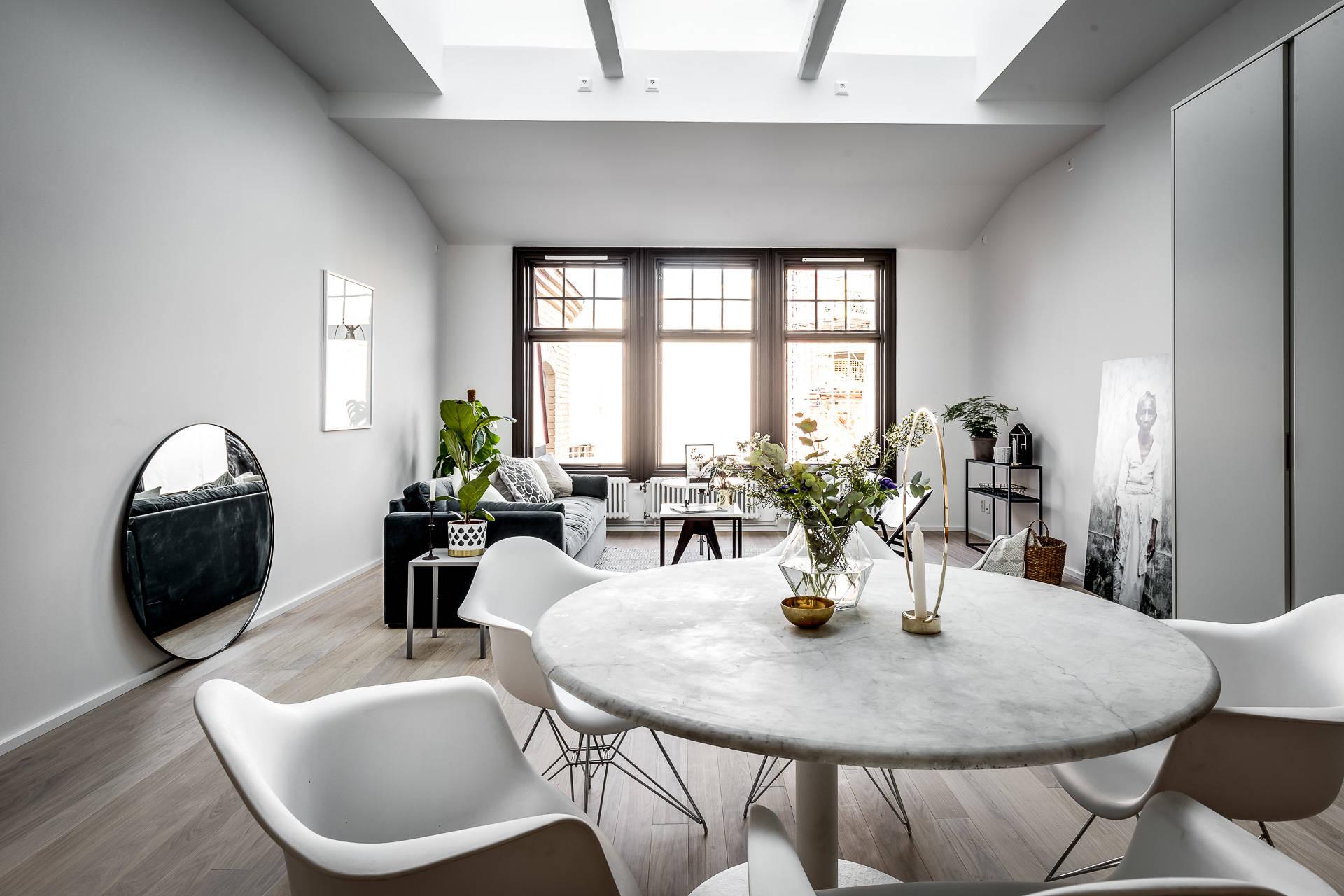 гостиная окно темные рамы обеденный стол
