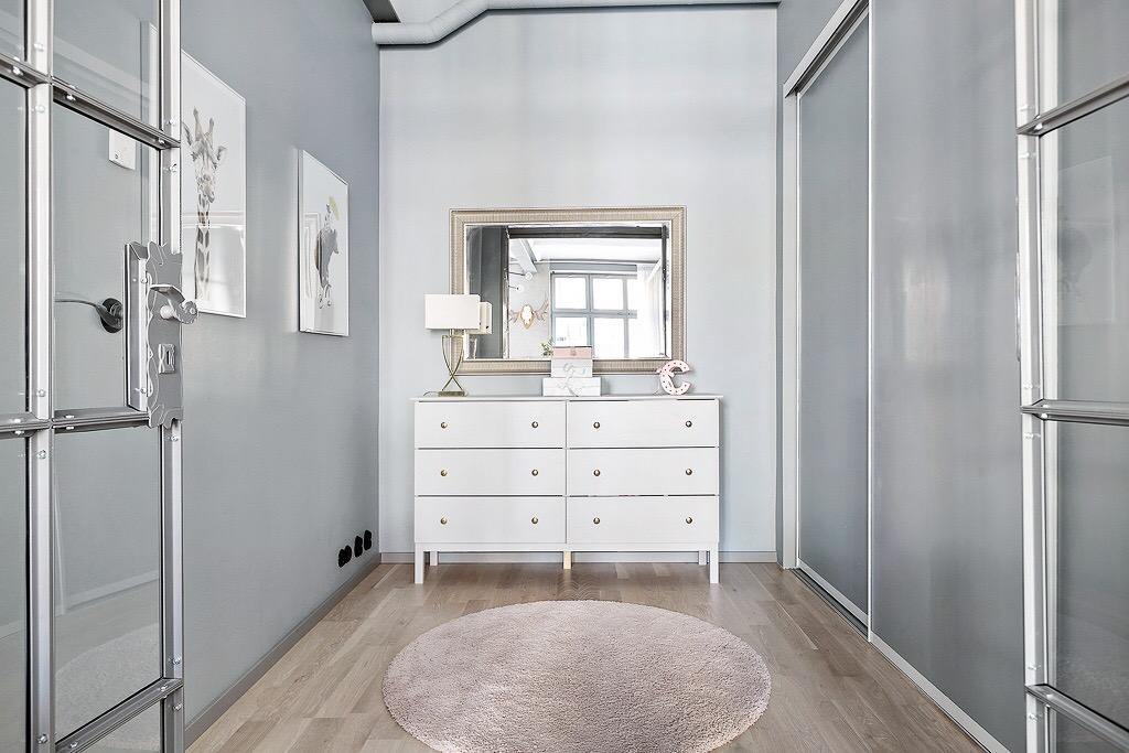 серо-голубые стены комод встроенный шкаф купе