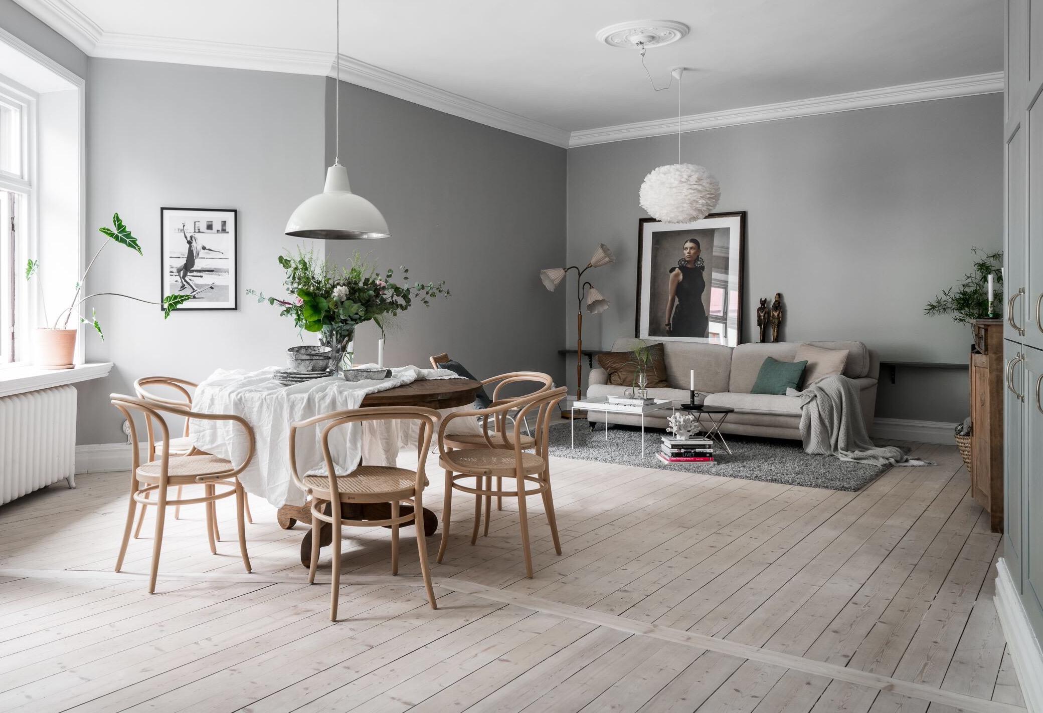 гостиная серые стены светлый пол белый плинтус потолочный карниз стол диван
