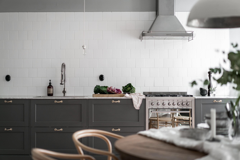 кухонная мебель коричневые фасады филёнка фартук белая плитка