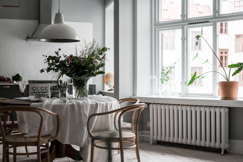 окно подоконник цветок радиатор отопления стол
