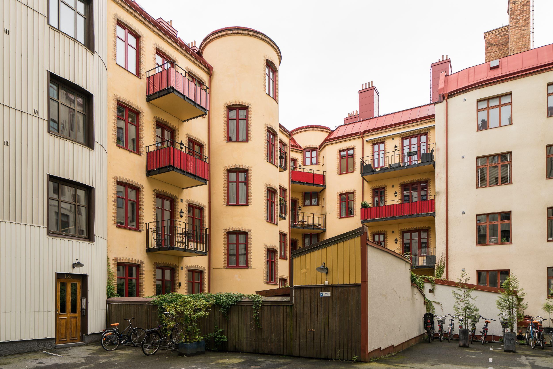 городской двор окна балконы велосипедная парковка