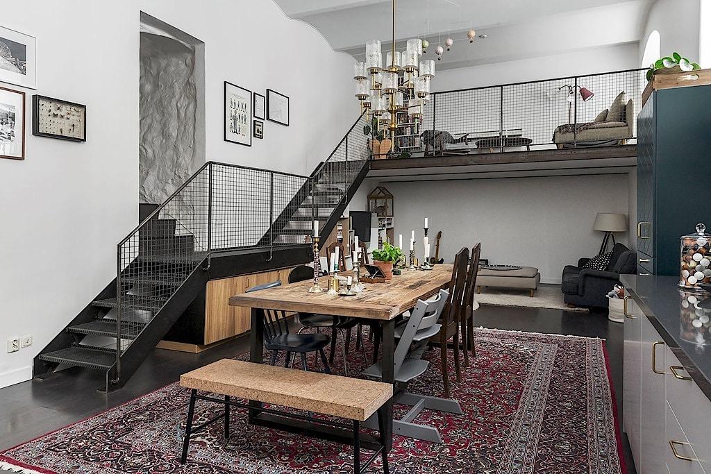 гостиная потолок своды второй уровень лестница балкон комод под лестницей