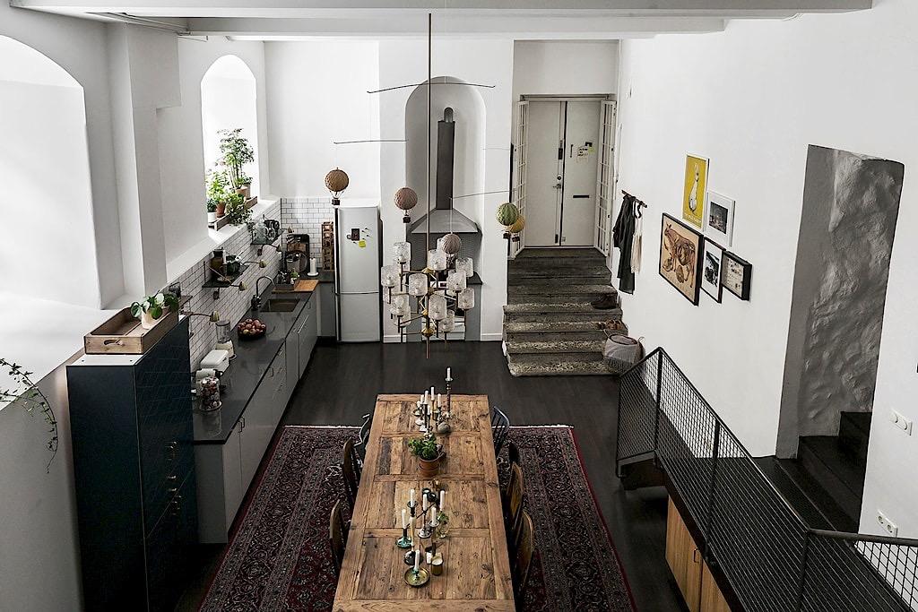 кухня столовая лестница на второй уровень