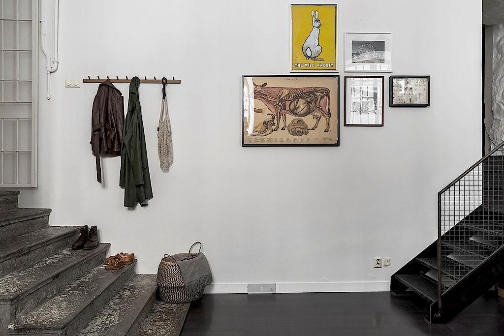 прихожая входная дверь ступени настенная вешалка для одежды