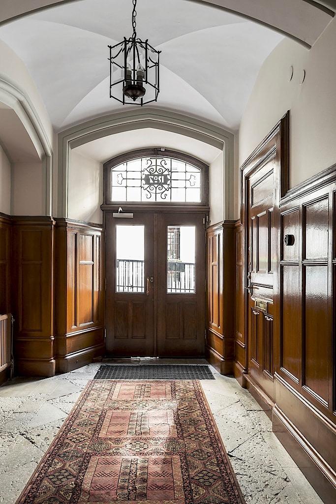 парадная подъезд каменный пол входная дверь фрамуга потолок дуги стеновые панели