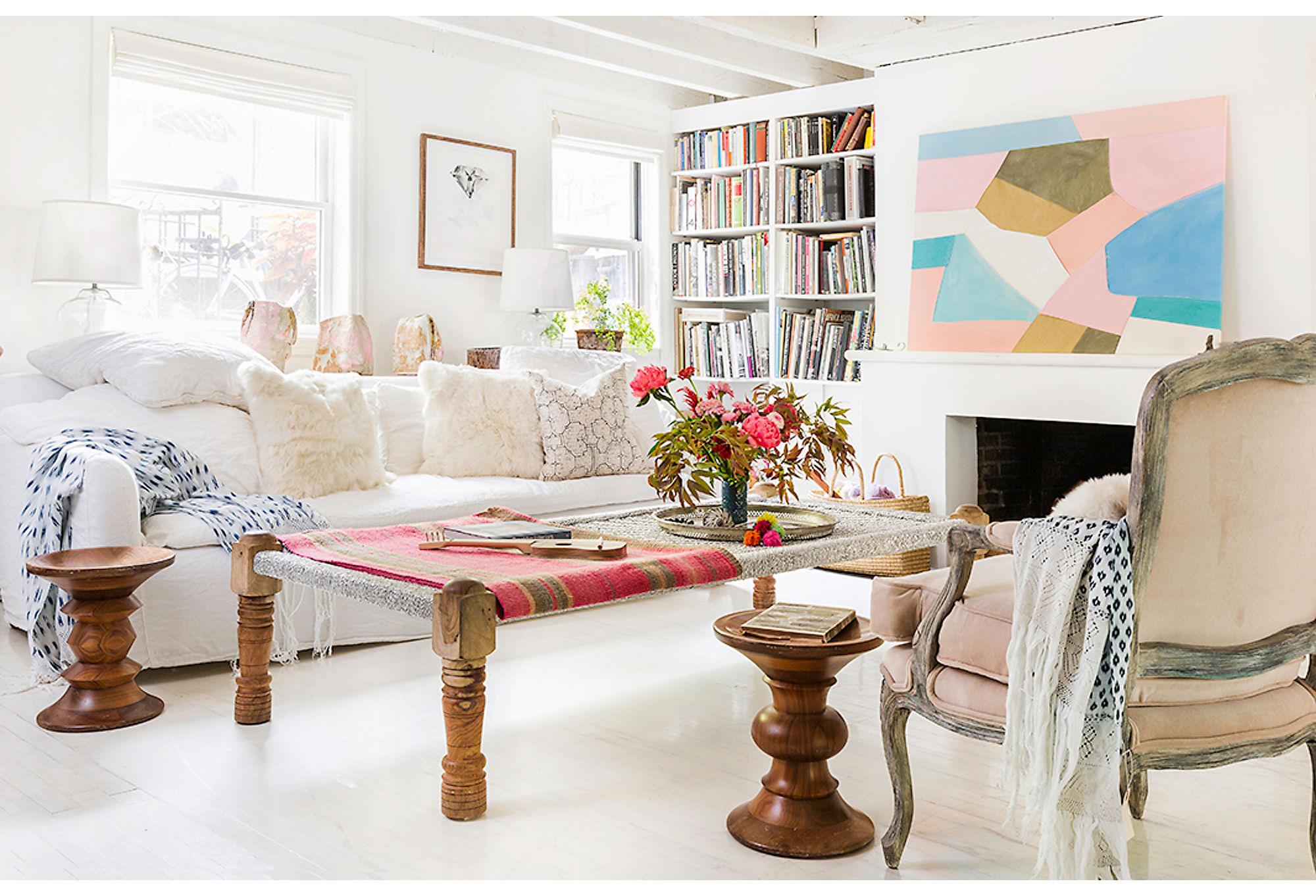 гостиная камин деревянный пол диван подушки столик кресло