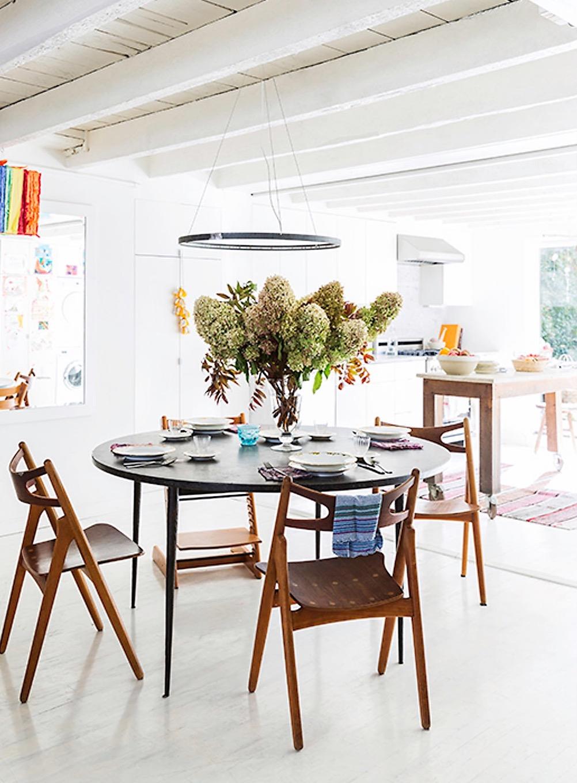 обеденный круглый стол стулья ваза сервировка