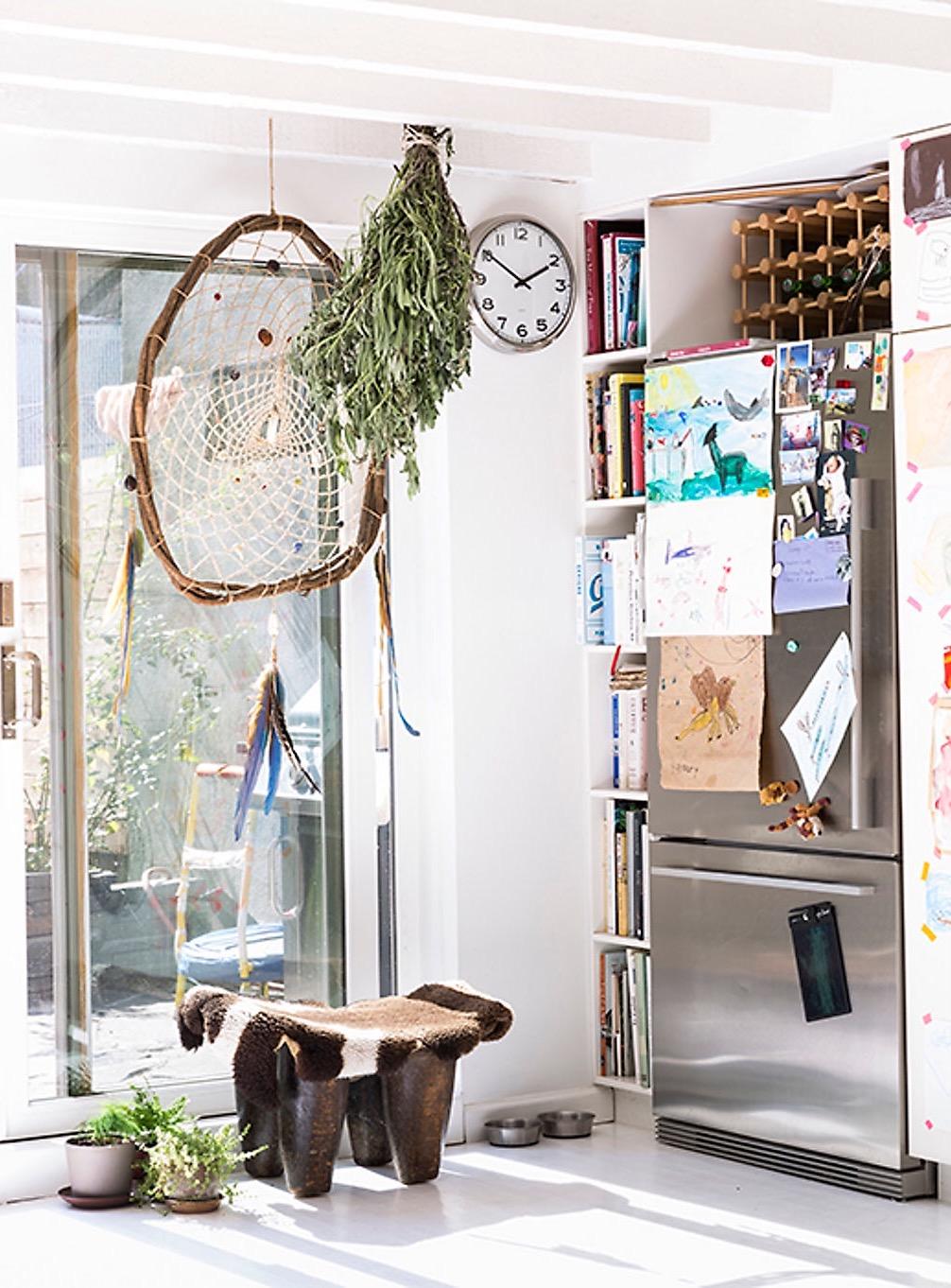 кухня выход на террасу холодильник книжный стеллаж