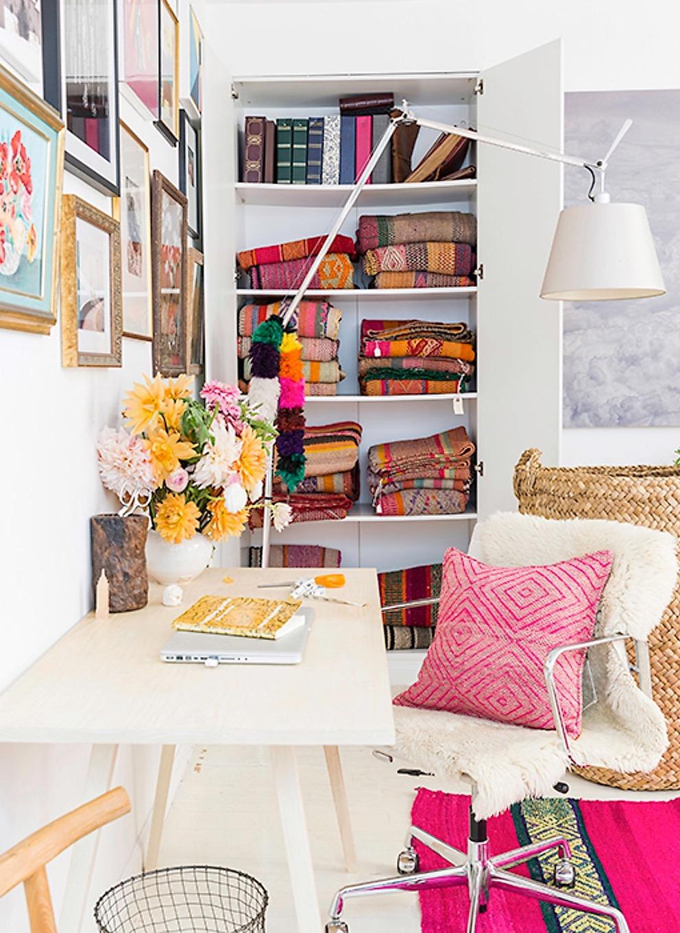 стол рабочее кресло корзина ниша встроенный шкаф полки текстиль