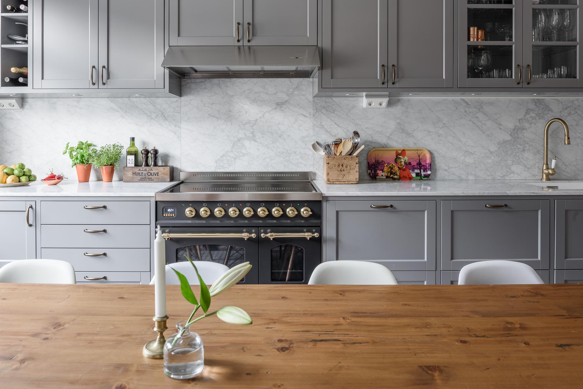 кухонная мебель столешница мрамор плита вытяжка деревянный стол