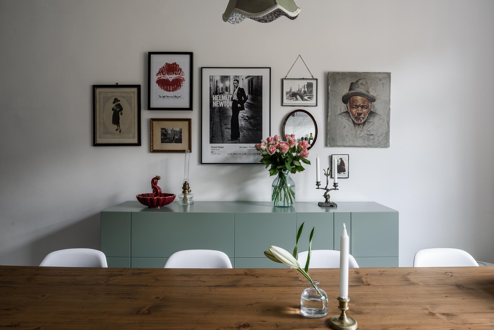 обеденный стол стулья комод картины постеры ваза с цветами