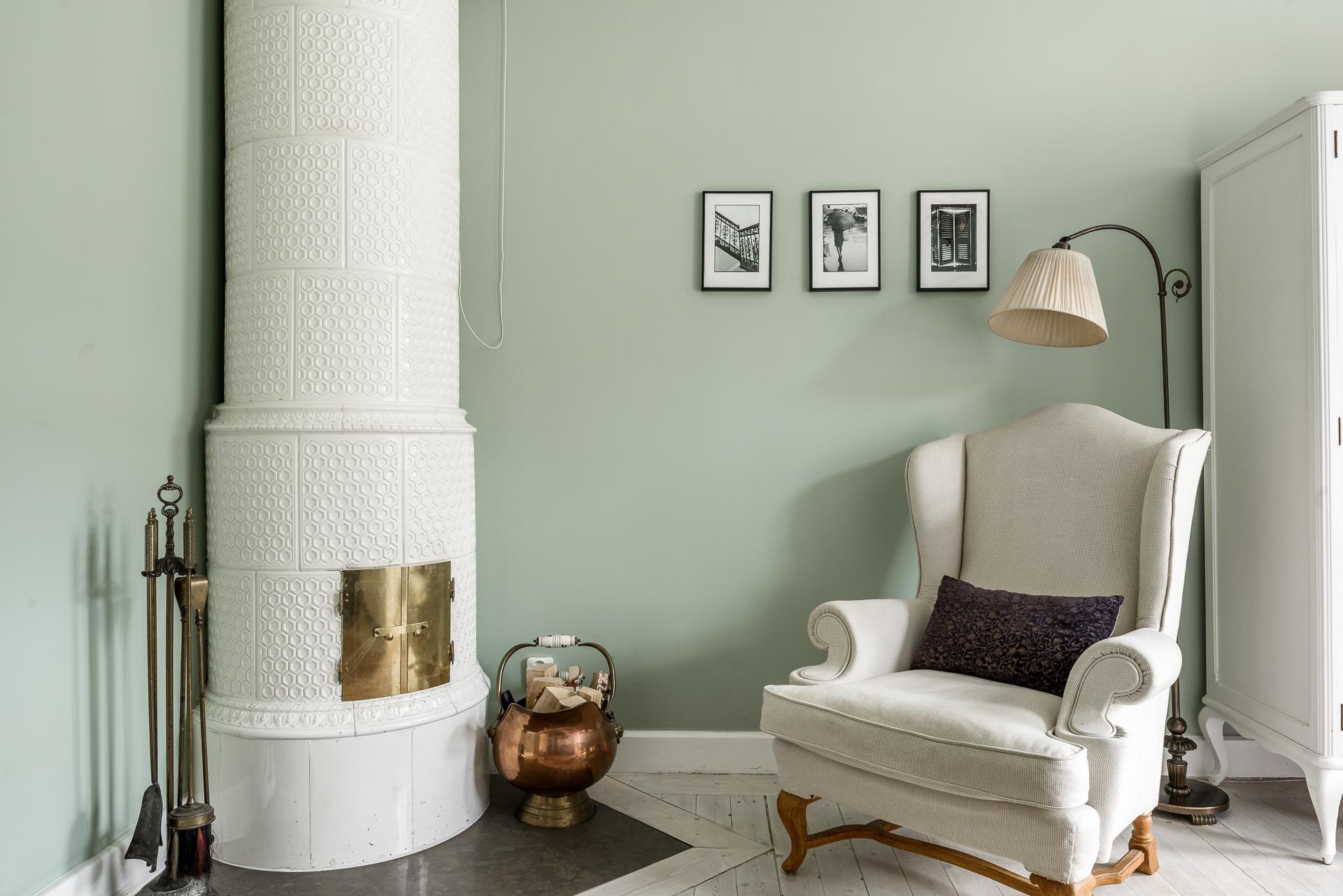 спальня зеленые стены израсцовая печь кресло