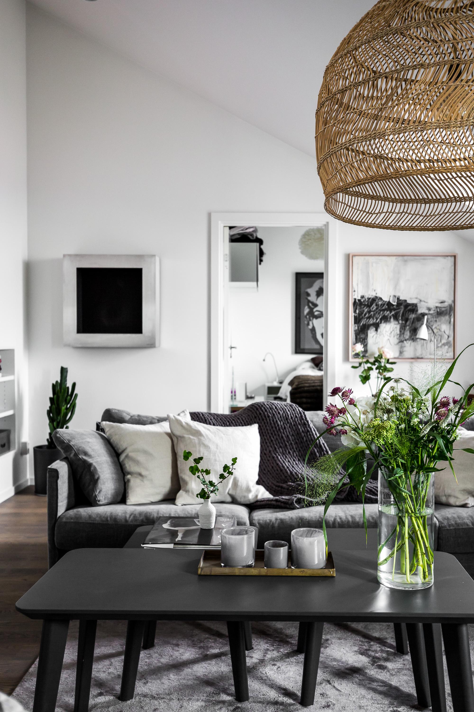 гостиная диван столик плетёная лампа корзина