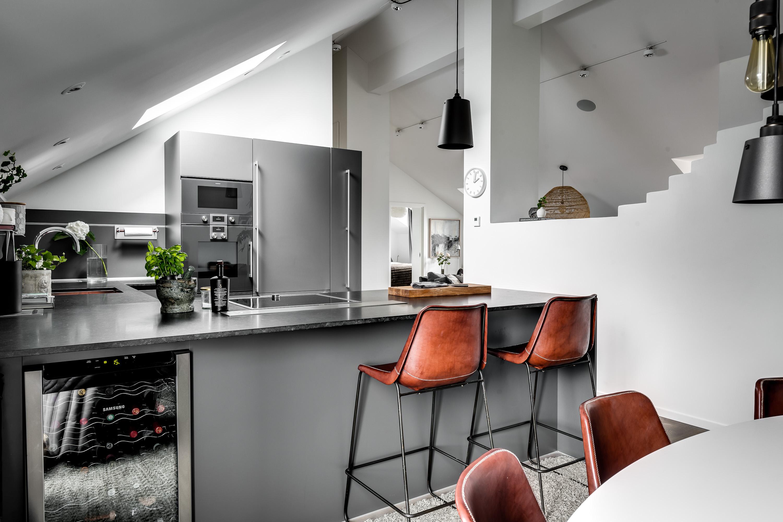 мансарда кухня барные стулья кухонный остров