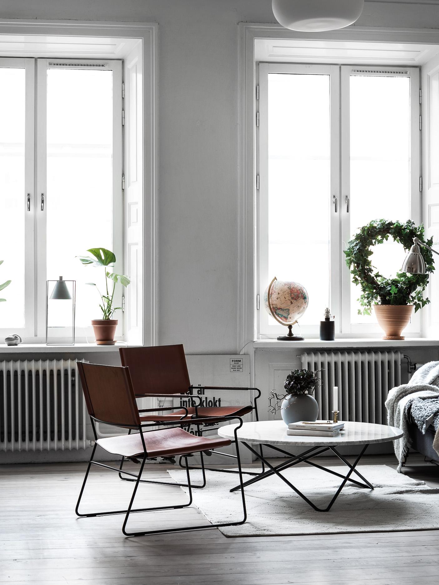 гостиная круглый столик кресла окна подоконники