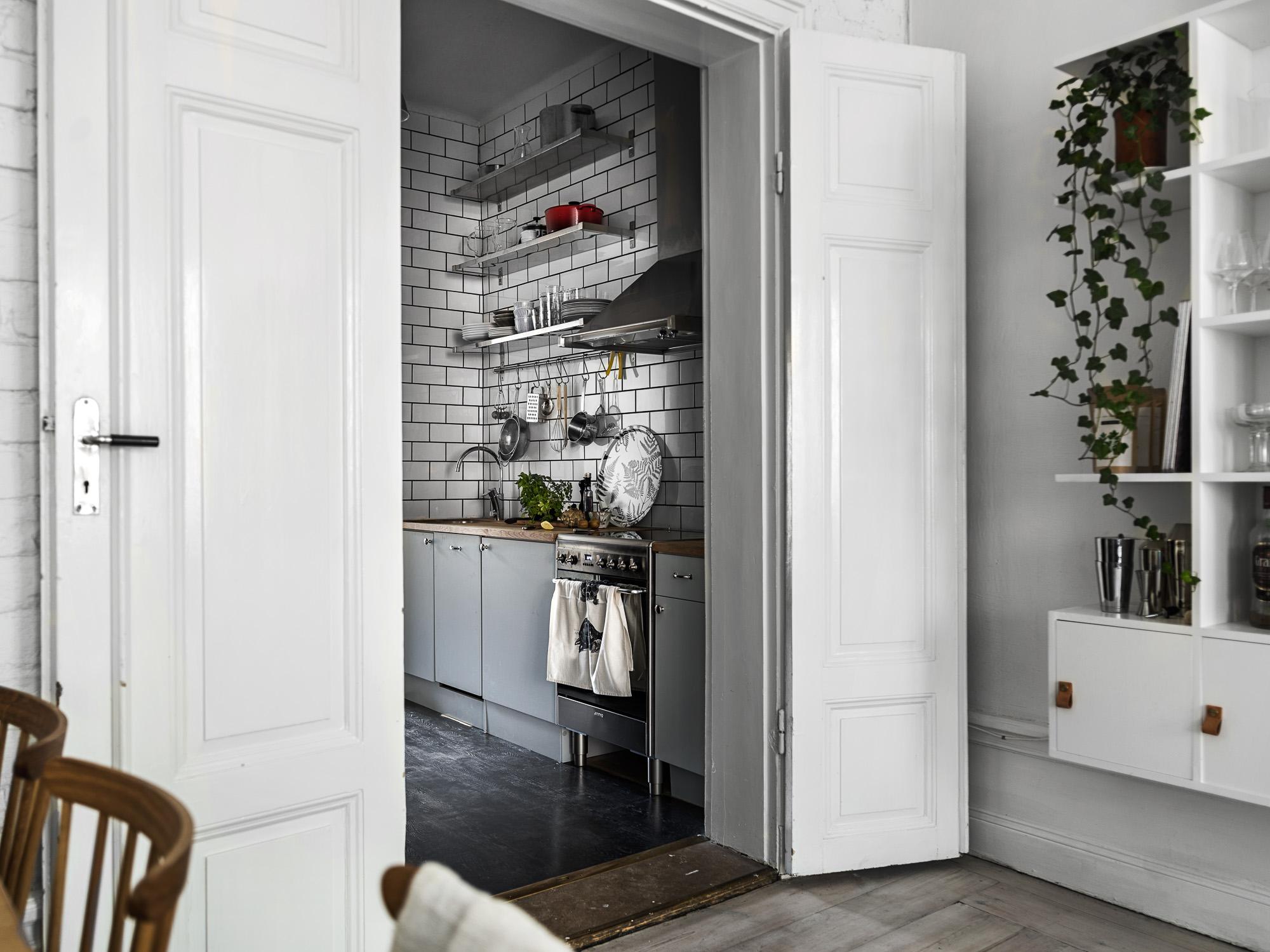 высокие белые двери наличники порог