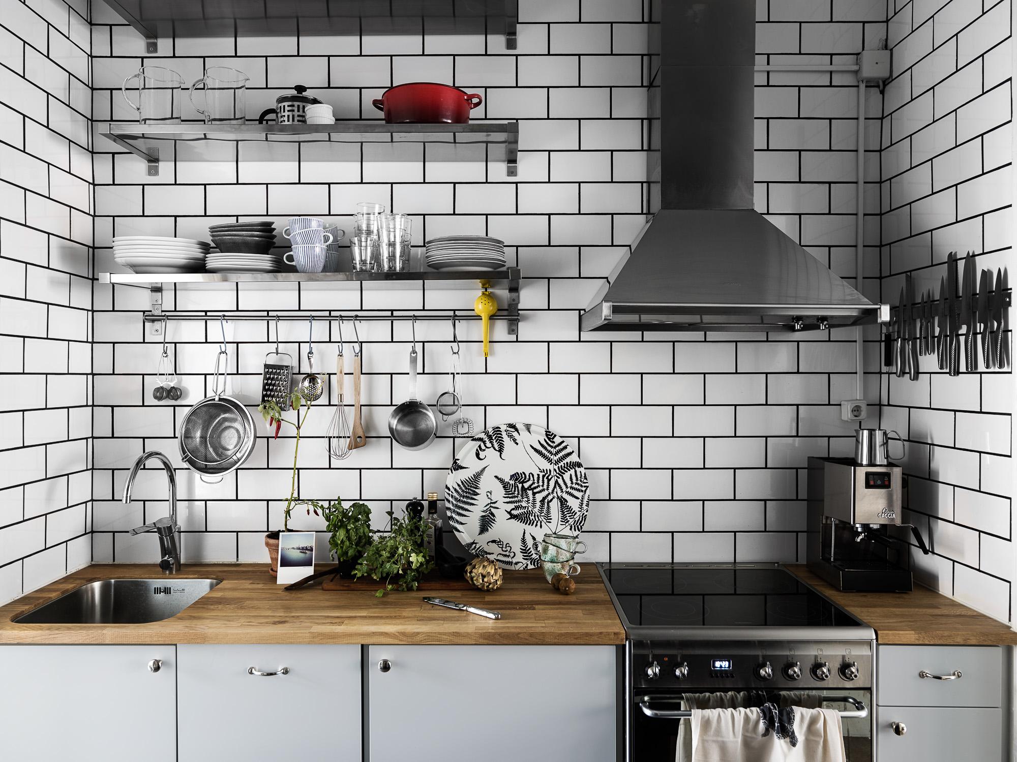 кухонная мебель полки белая плитка кабанчик плита вытяжка деревянная столешница мойка смеситель