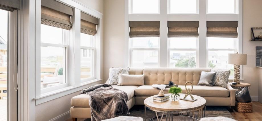 гостиная окна высокий потолок диван круглый столик