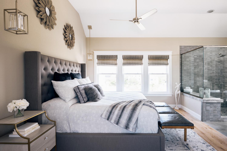 спальня кровать изголовье окно банкетка