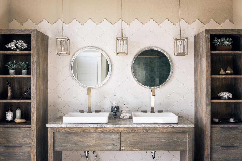 двойная раковина консоль зеркало светильники стеллаж
