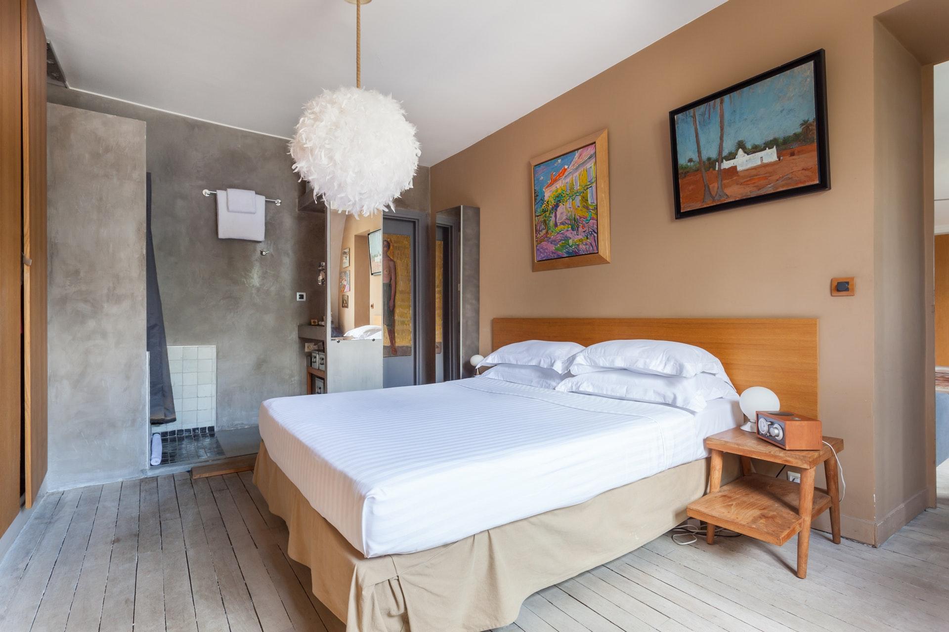 спальня кровать изголовье деревянная половая доска душевая кабина