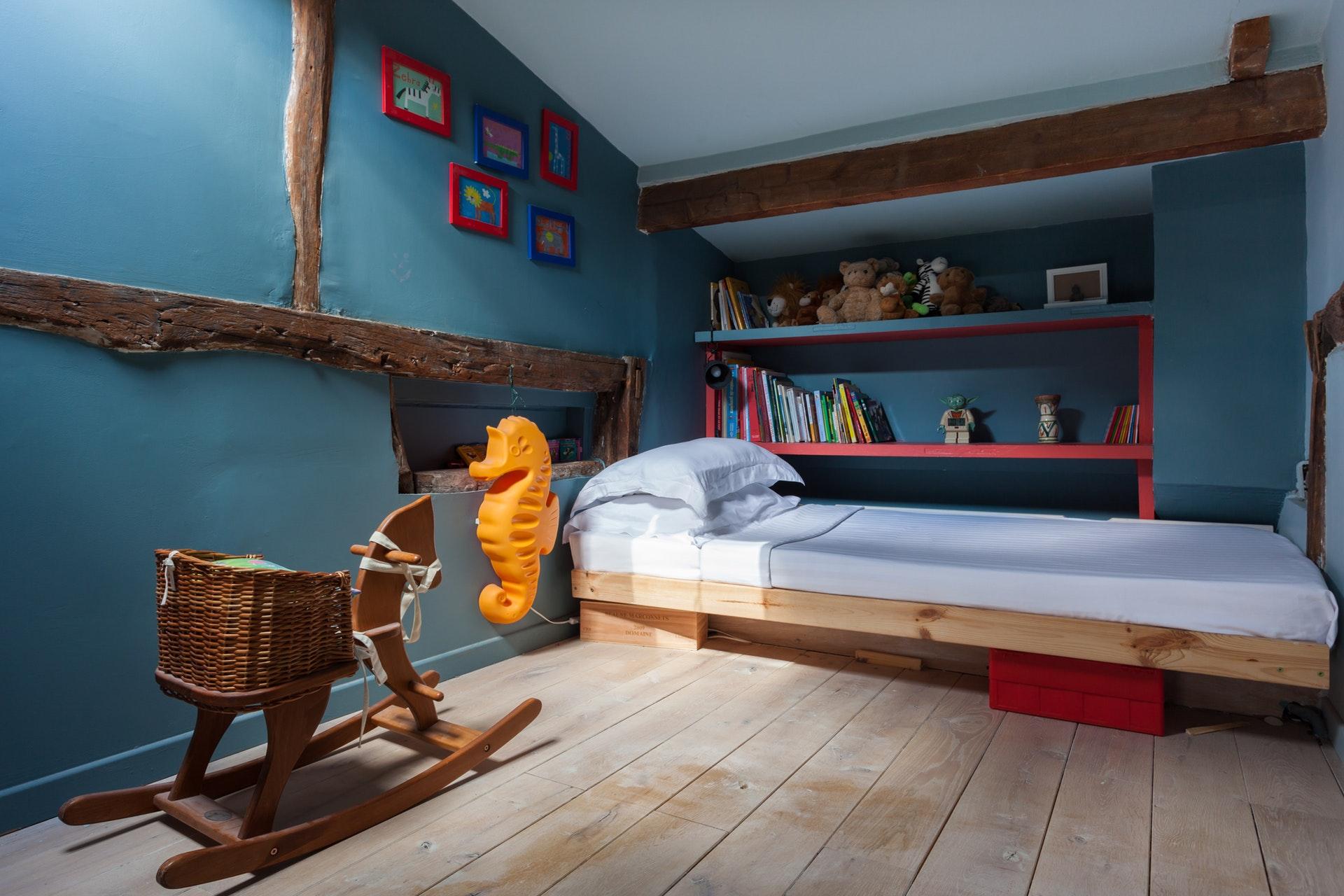 детская спальня антресоли кровать полки