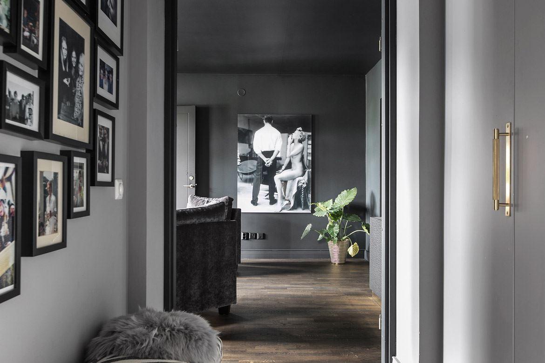 коридор шкаф серые стены картины половая доска