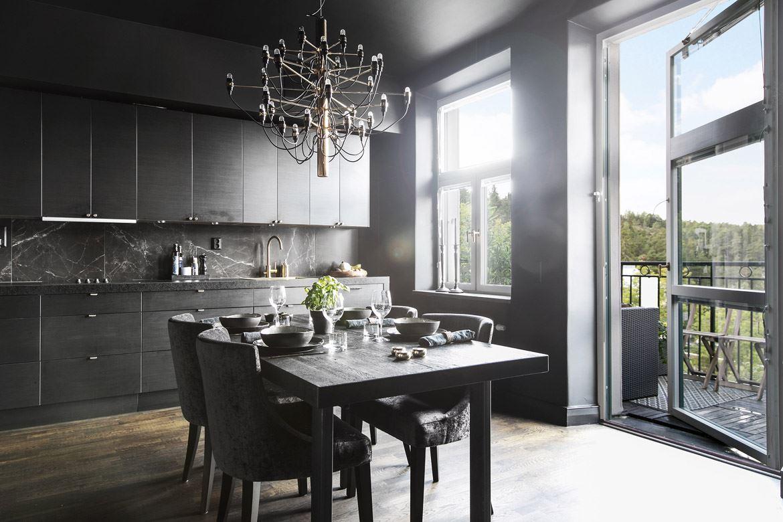 кухня коричневые фасады люстра обеденный стол выход на балкон