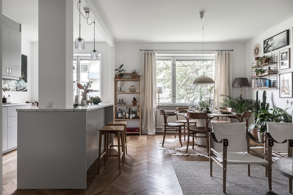 гостиная кухня обеденный стол стулья паркет елочка