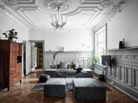 гостиная потолок лепнина стеновые панели серые стены диван телевизор паркет