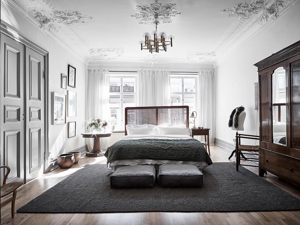 спальня потолок лепнина карниз кровать изголовье текстиль прикроватные столики манекен платяной шкаф окно
