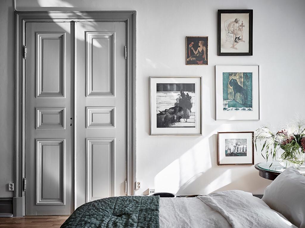 распашные филёнчатые двери наличники стена с картинами кровать