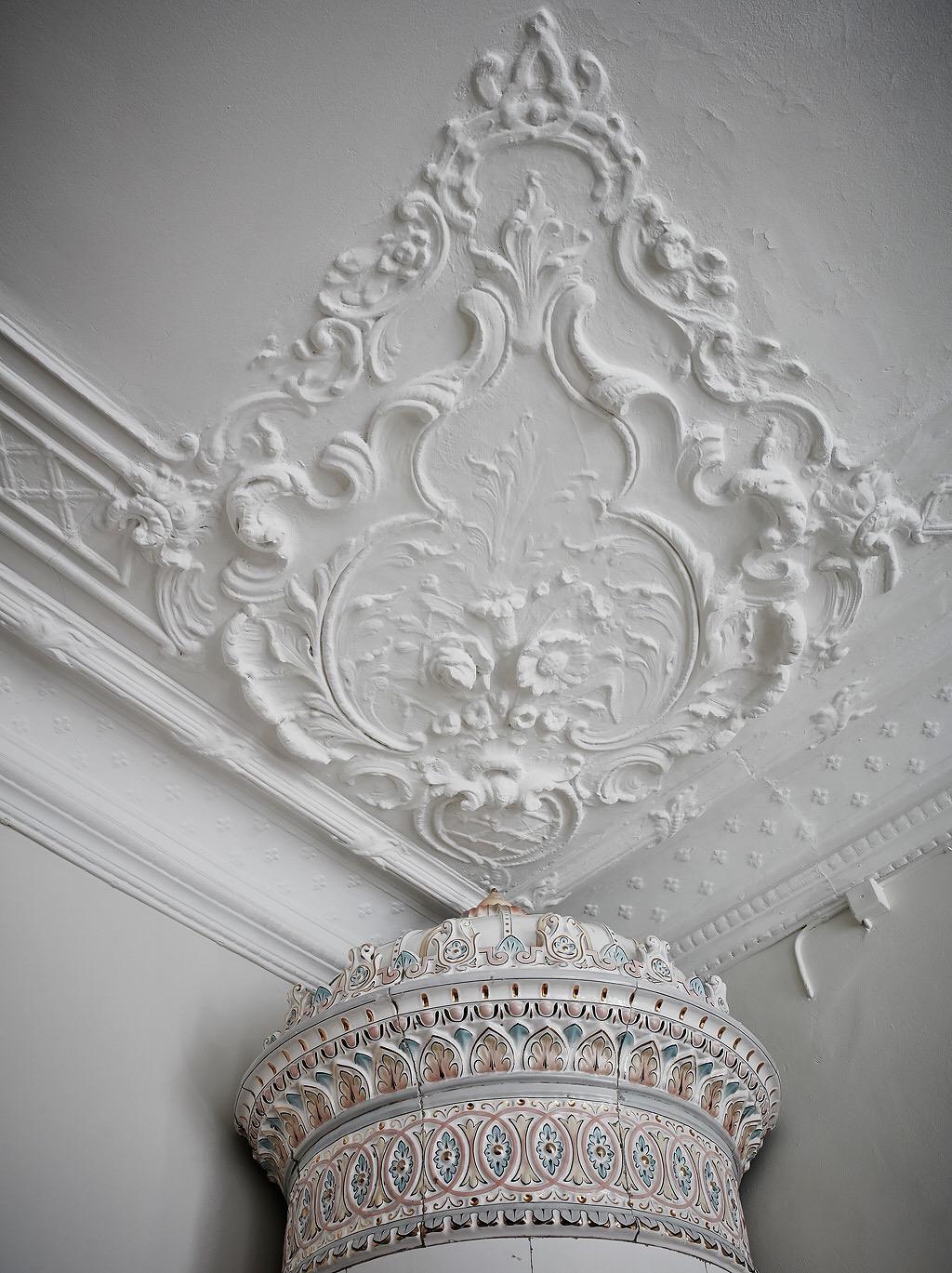 потолок лепнина карниз израсцовая печь